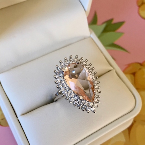 Jewelry - 💎 Stunning Peach Pear Shaped Ring